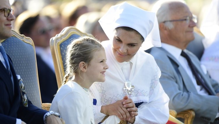 La Princesa Victoria de Suecia calmando a su hija Estela de Suecia en su 42 cumpleaños