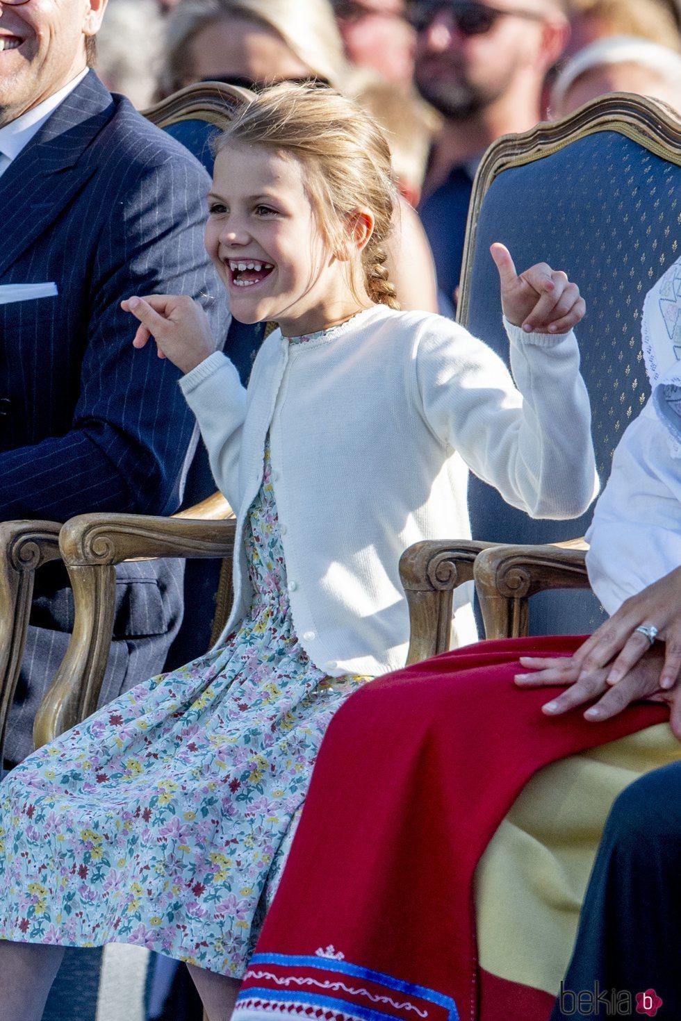 La Princesa Estela de Suecia divirtiéndose en la celebración del 42 cumpleaños de la su madre Victoria de Suecia