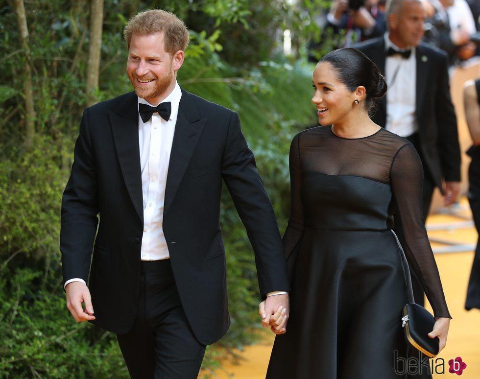 El Príncipe Harry y Meghan Markle llegando al estreno de 'El Rey León' en Londres