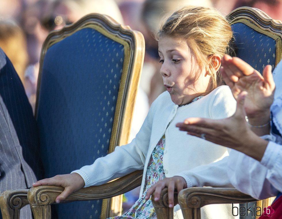 La Princesa Estela de Suecia haciendo gestos en la celebración del 42 cumpleaños de la su madre Victoria de Suecia
