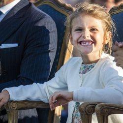 La Princesa Estela de Suecia sonriendo en la celebración del 42 cumpleaños de la su madre Victoria de Suecia