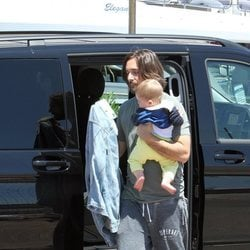 Dimitri Rassam con su hijo Balthazar en brazos llegando al puerto de Nápoles