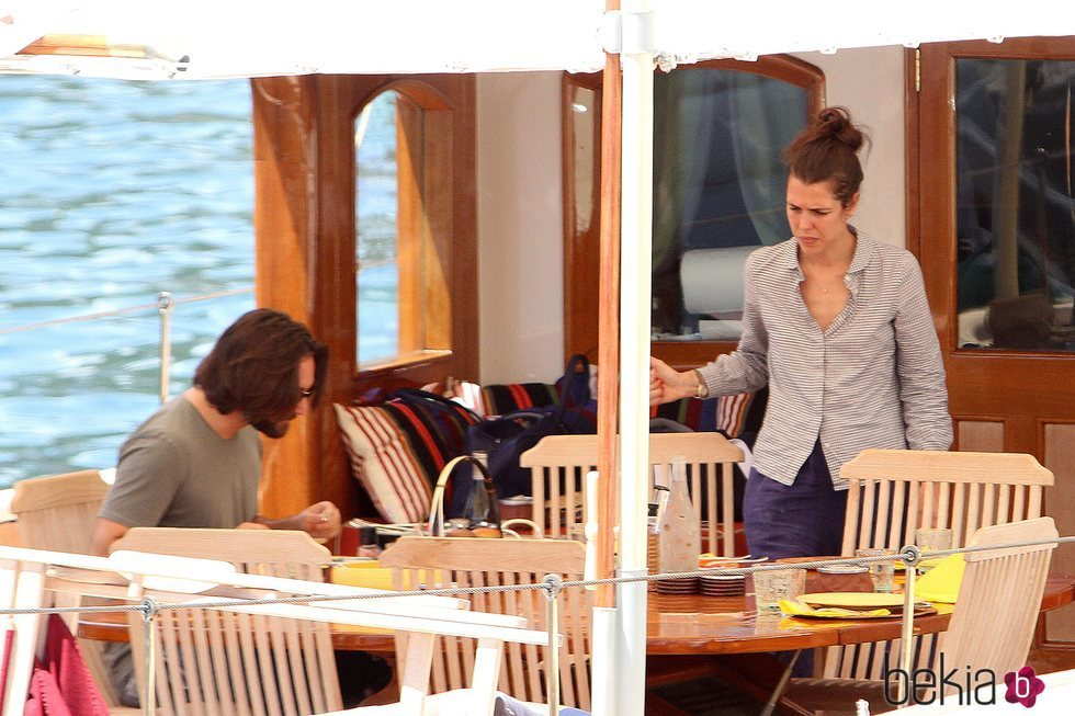 Carlota Casiraghi y Dimitri Rassam en la cubierto de un barco en Nápoles