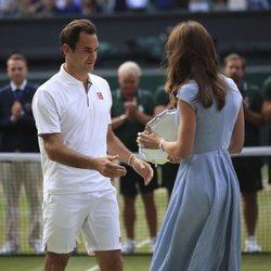 La Duquesa de Cambridge entrega el trofeo a Roger Federer