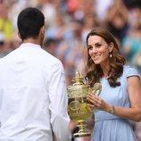 La Duquesa de Cambridge entrega la copa a Novak Djokovic