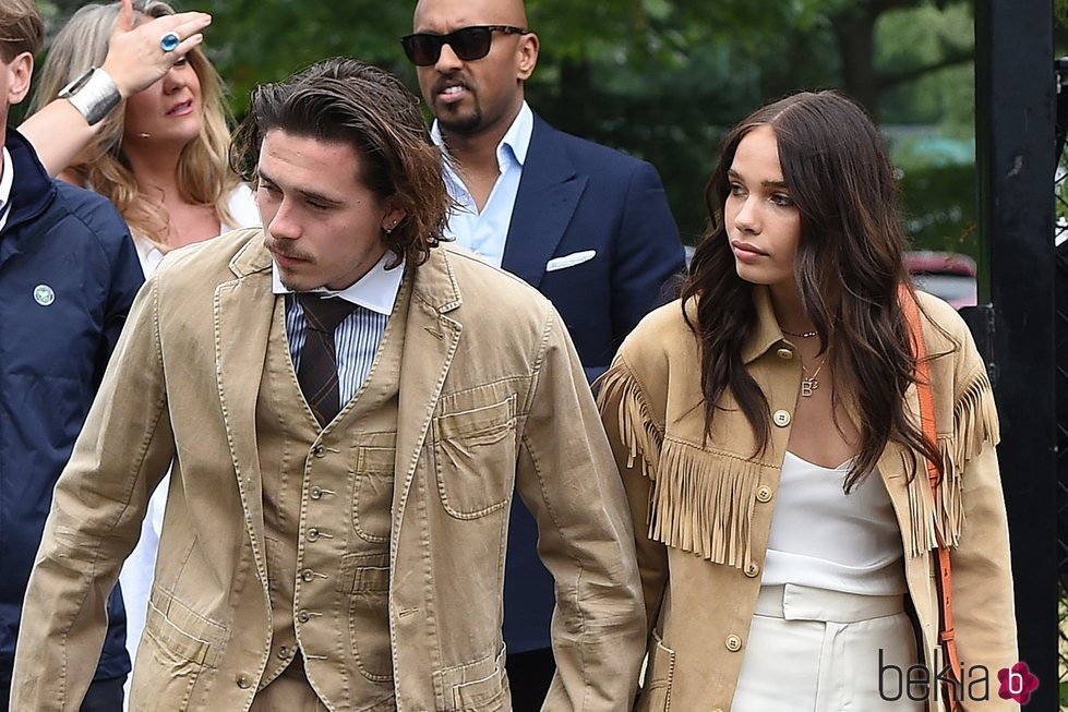 Brooklyn Beckham y Hanna Cross llegando a la final de Wimbledon