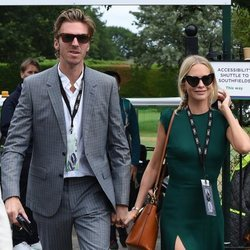Poppy Delevingne y James Cook llegando a la final de Wimbledon