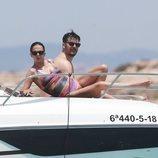 Macarena Gómez tomando el sol en Ibiza con un amigo