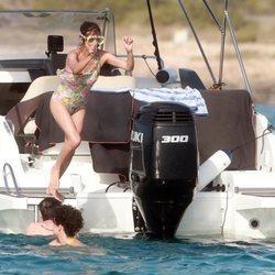 Macarena Gómez tirándose al mar en Ibiza