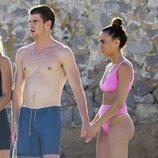 Aitana Ocaña y Miguel Bernardeau con el torso desnudo se dan la mano en Ibiza