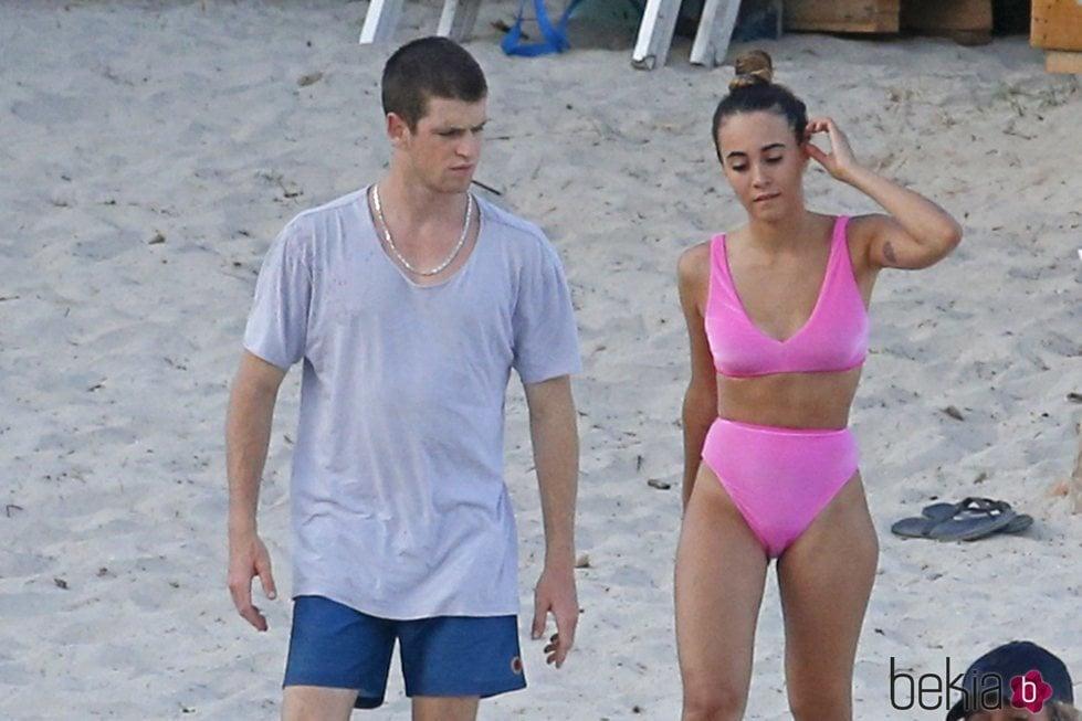 Aitana Ocaña y Miguel Bernardeau pasean por las playas de Ibiza