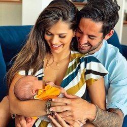 Sara Sálamo e Isco Alarcón con su hijo Theo