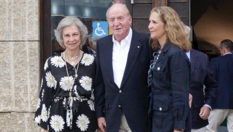 Los Reyes Juan Carlos y Sofía y la Infanta Elena en una cena en Sanxenxo