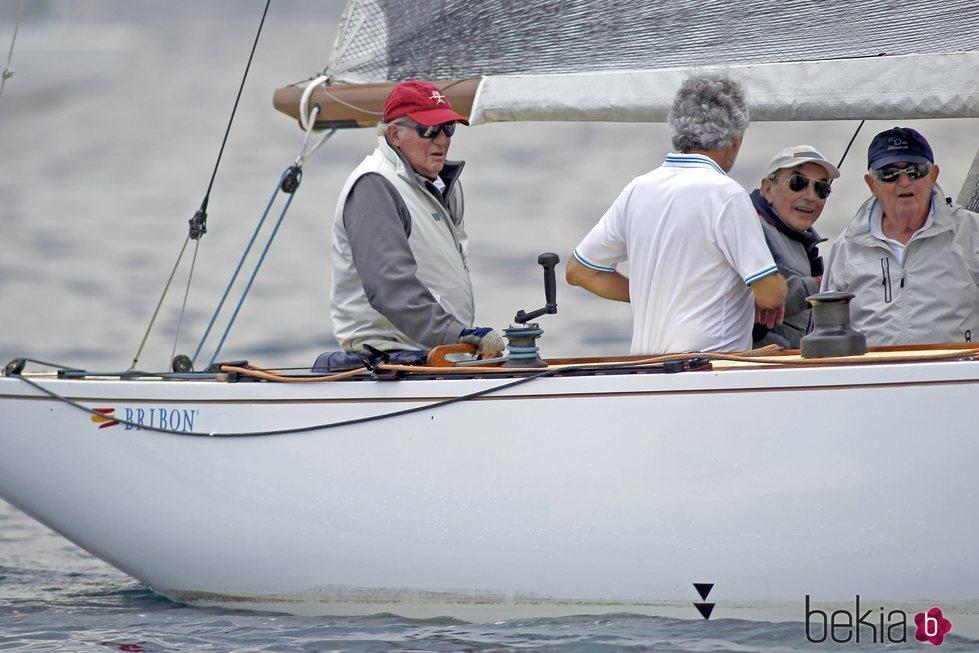 El Rey Juan Carlos, a bordo del Bribón 500 en las regatas de Sanxenxo