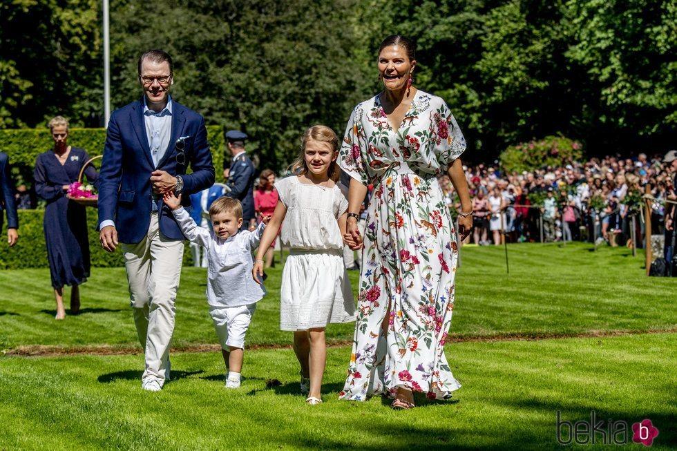 Victoria y Daniel de Suecia con sus hijos Estela y Oscar de Suecia en sus vacaciones en Solliden 2019