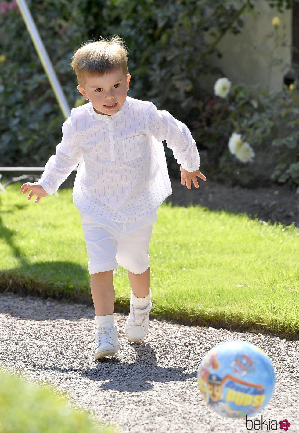 Oscar de Suecia jugando al fútbol en el Palacio de Solliden