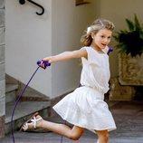 Estela de Suecia saltando a la comba en sus vacaciones en Solliden
