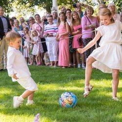 Estela y Oscar de Suecia jugando al fútbol en Solliden