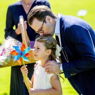 Daniel de Suecia besa a su hija Estela de Suecia en Solliden