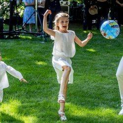 Estela y Oscar de Suecia juegan con una pelota en Solliden