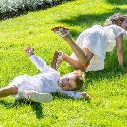 Estela y Oscar de Suecia, tirados por el suelo en Solliden