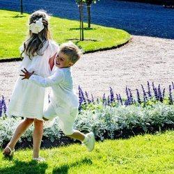 Estela y Oscar de Suecia jugando en los jardines de Solliden