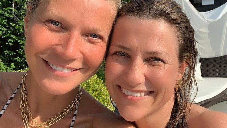 Gwyneth Paltrow y la Princesa Marta Luisa de Noruega en la piscina