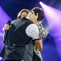 Julia Medina y Carlos Right abrazados tras su actuación en 'OT2018'