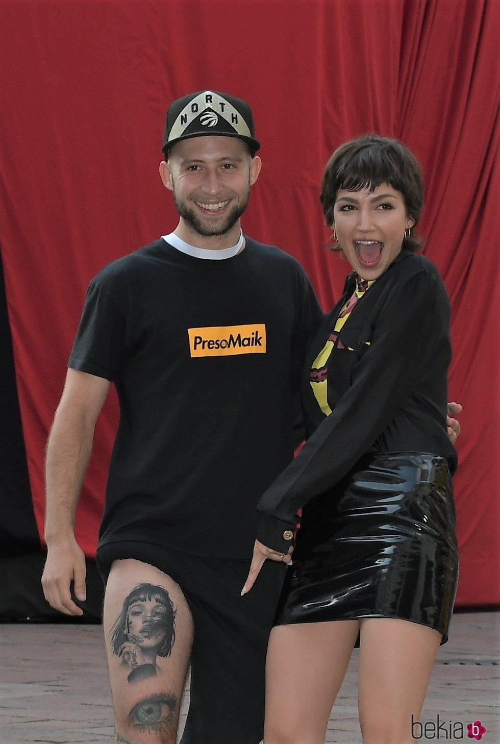 Úrsula Corberó posando con un fan que se ha tatuado su cara en la presentacion en Milán