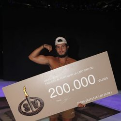 Omar Montes posando con el cheque de ganador de 'Supervivientes 2019'