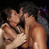 Isabel Pantoja besando a Omar Montes en la final de 'Supervivientes 2019'