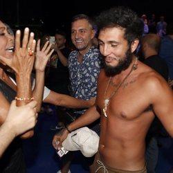 Isabel Pantoja felicitando a Omar Montes tras convertirse en ganador de 'Supervivientes 2019'