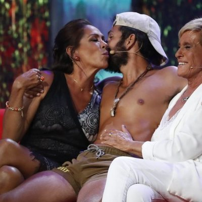 Omar Montes saludando a Isabel Pantoja y Chelo García Cortés a su vuelta de 'Supervivientes 2019'