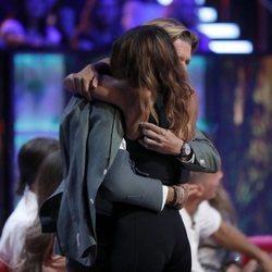 Colate Vallejo-Nágera saludando a Mónica Hoyos a su vuelta en la gala final de 'Supervivientes 2019'