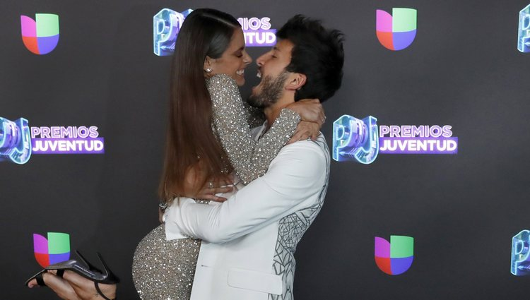 Tini Stoessel y Sebastián Yatra posando juntos en el photocall de Premios Juventud 2019