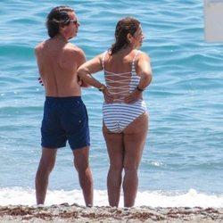 José María Aznar y Ana Botella mirando al mar en Marbella