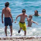 José María Aznar, Ana Botella y sus nietos en la playa