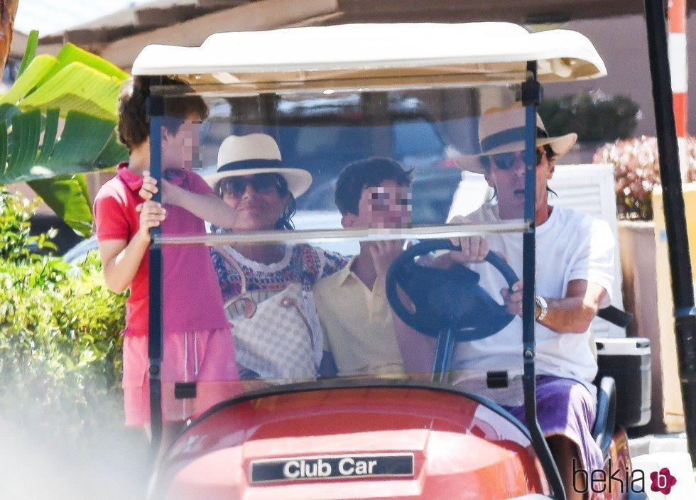 José María Aznar, Ana Botella y sus nietos en el buggy en Marbella