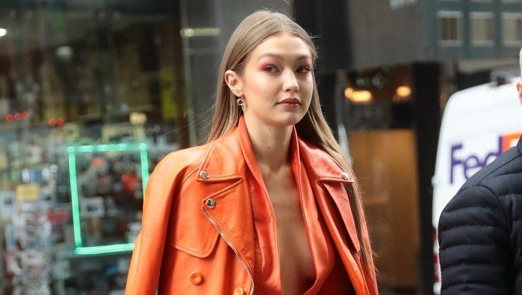 Gigi Hadid con un total look naranja neón en Nueva York