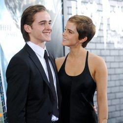 Emma Watson con su hermano Alex Watson en el estreno de una película