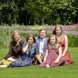 Guillermo y Máxima de Holanda junto a sus tres hijas en el posado familiar