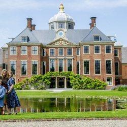 Guillermo de Holanda y Máxima de Holanda junto a sus tres hijas en la residencia de Huis ten Bosch