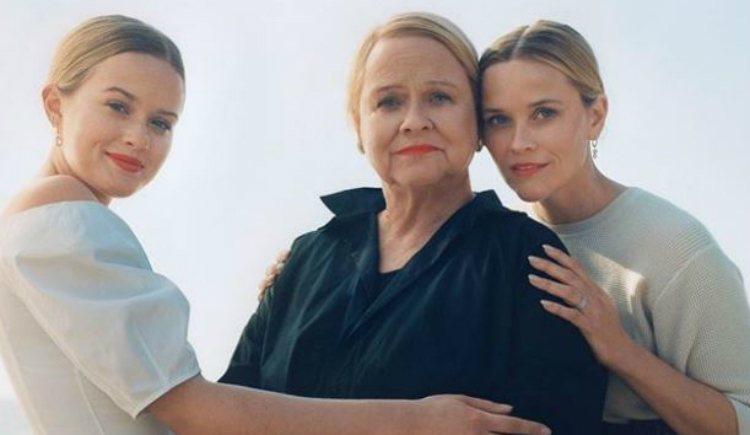 Reese Witherspoon junto a su madre y su hija, Ava Phillippe, posando para la revista Vogue
