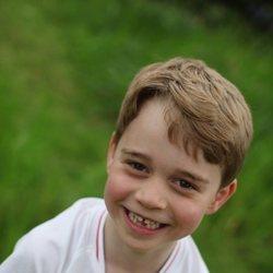 El Príncipe Jorge con la camiseta de la selección de Inglaterra en su sexto cumpleaños