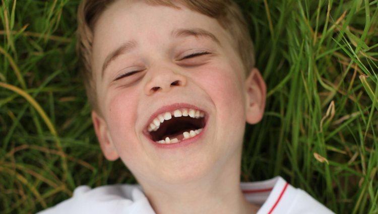 El Príncipe Jorge muy sonriente en su sexto cumpleaños