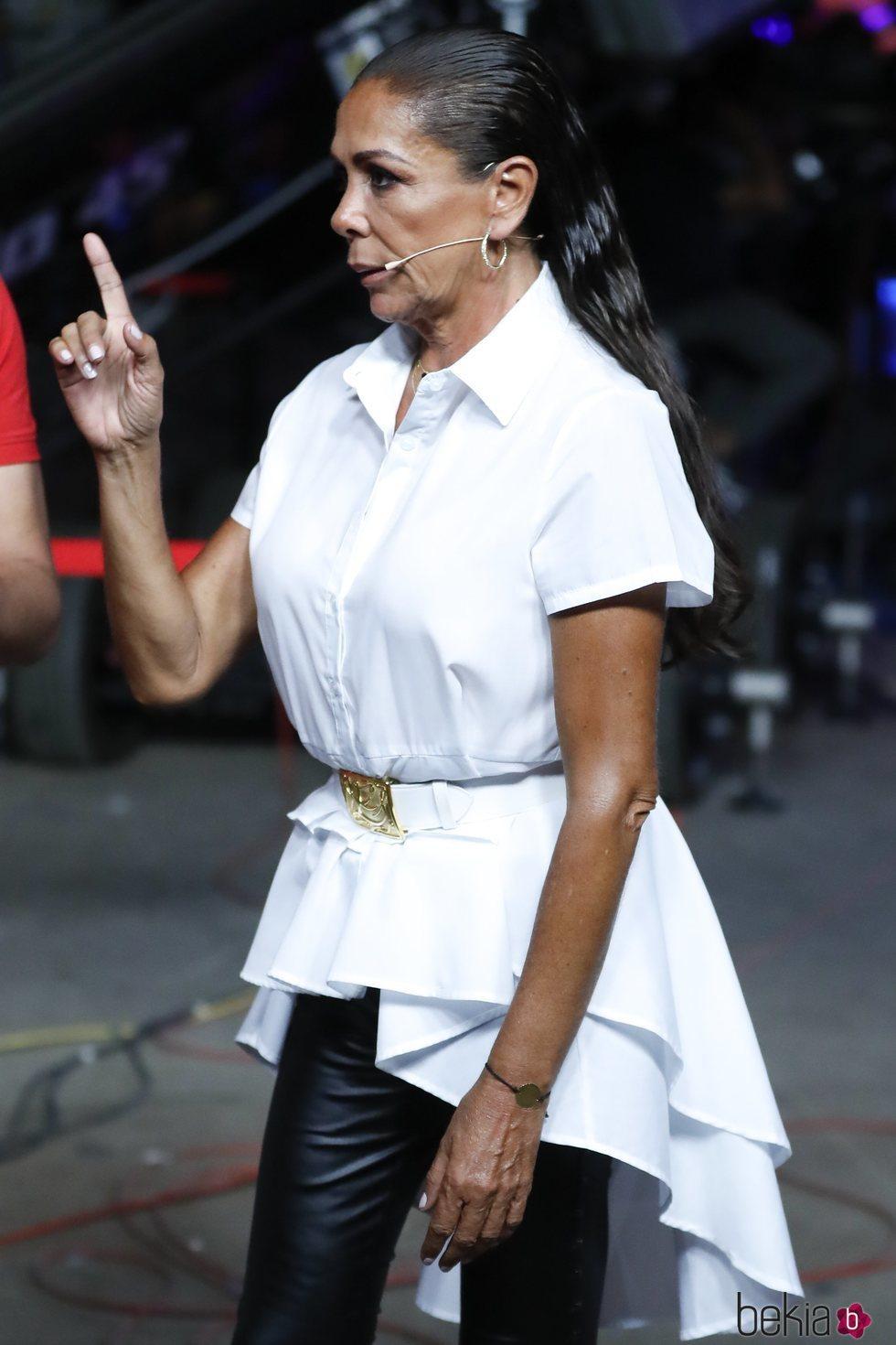 Isabel Pantoja, enfadada con el dedo en alto en el debate final de 'Supervivientes 2019'