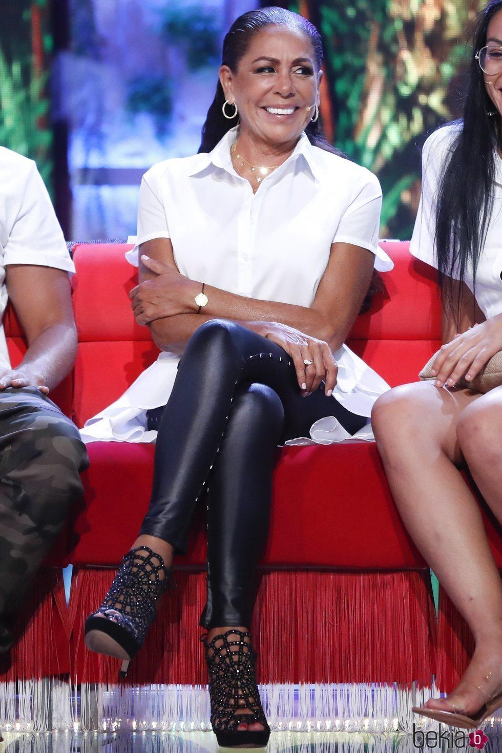 Isabel Pantoja, sonriente en el debate final de 'Supervivientes 2019'