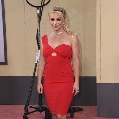 Britney Spears de rojo y con brillantes en la presentación de Once Upon a Time in Hollywood