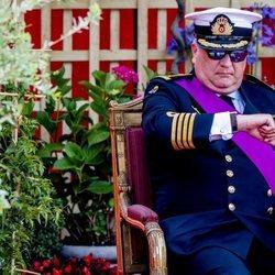 Laurent de Bélgica mirando el reloj en el desfile del Día Nacional de Bélgica 2019