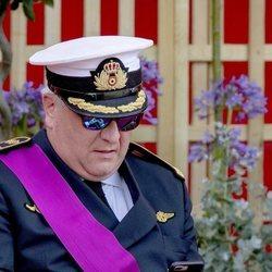 Laurent de Bélgica con el móvil en el desfile del Día Nacional de Bélgica 2019